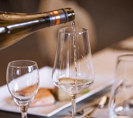 Weißwein ins Glas schenken