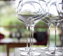 Leere Weingläser aufgereiht