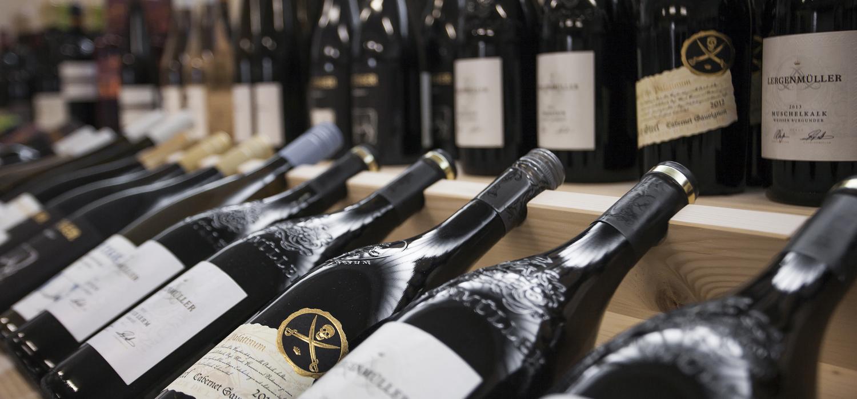 Reihe von Weinflaschen