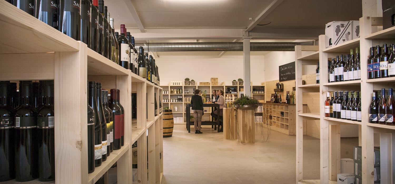 Regale und Verkostungseck im Weinshop Biberach