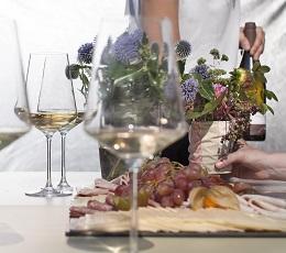 Weingläser und Brotzeitplatte auf dem Tisch