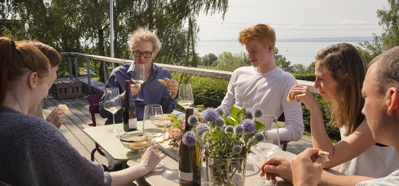 Gruppe bei Weinprobe auf der Terrasse