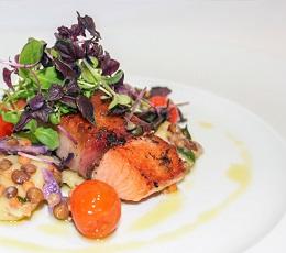 Angerichteter Teller mit Fisch und Salat