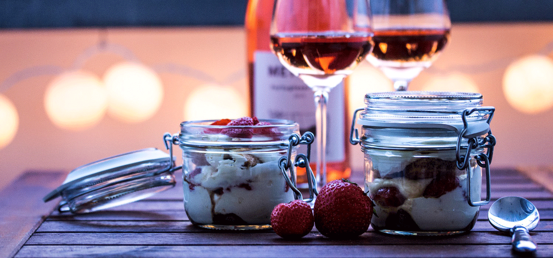 Dessert im Glas und Rosé bei Sommerparty