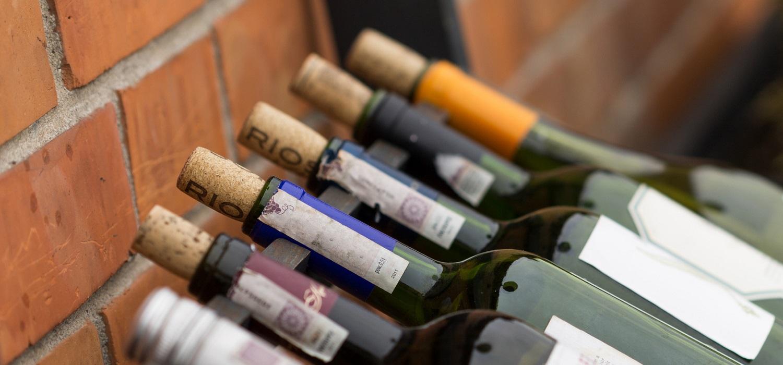 Liegende Weinflaschen im Weinregal