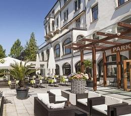 Terrasse und Eingang Parkhotel Jordanbad