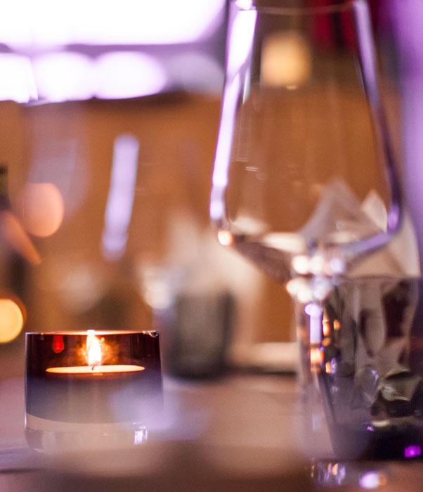Teelicht auf gedecktem Tisch