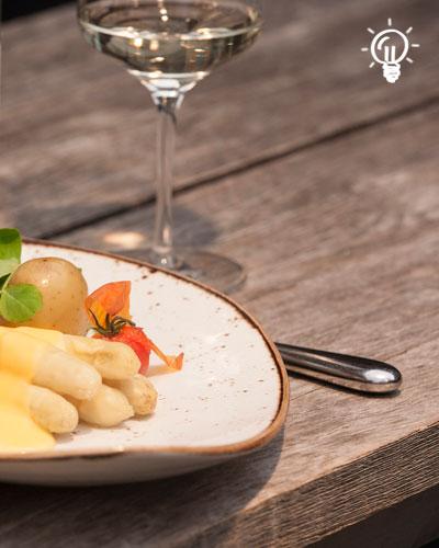 Teller mit Spargel und Weißwein