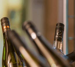 Flaschenhälse von Weinflaschen