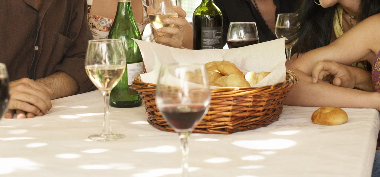 Weingläser und Brötchen bei Weinprobe