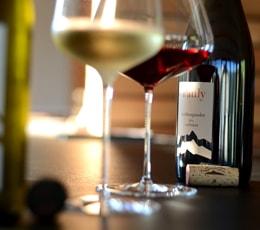 Gefüllte Weingläser mit Rot und Weiß-Wein