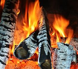 Brennende Holzscheide in der Glut
