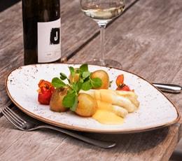 Teller mit Spargel mit Weißwein