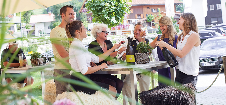 Gruppe beim Weintrinken auf der Terrasse